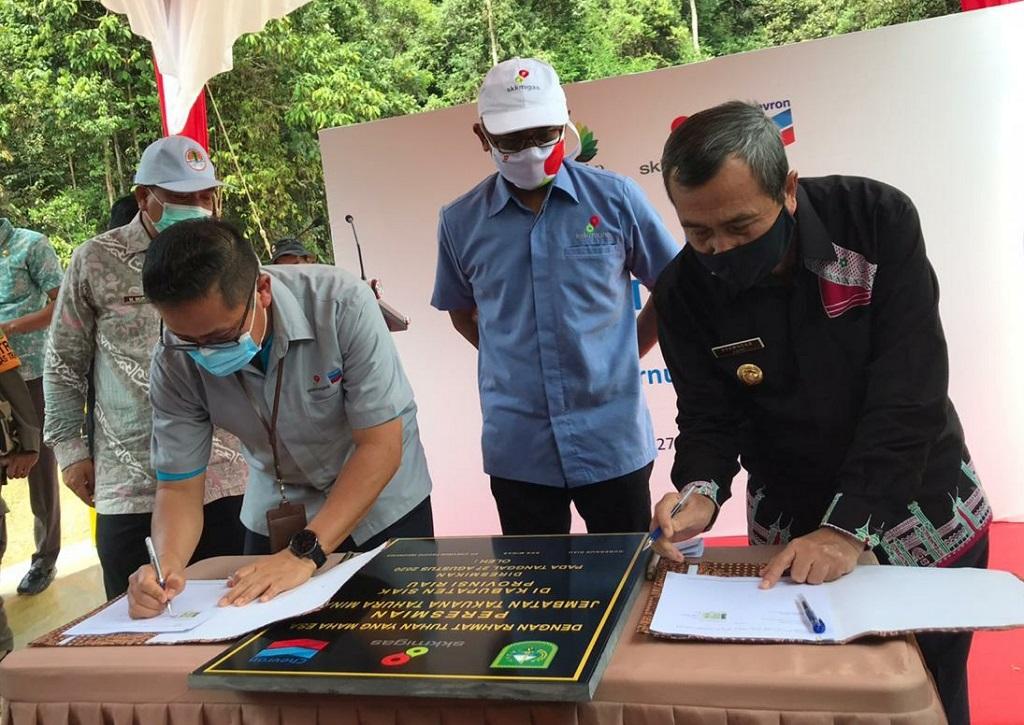 Gubernur Riau Syamsuar (kanan) dan GM Corporte Affairs Asset PT CPI Sukamto Tamrin  menandatangani berita acara serah terima Jembatan Takuana di Tahura Minas pada Kamis, 28 Agustus 2020.