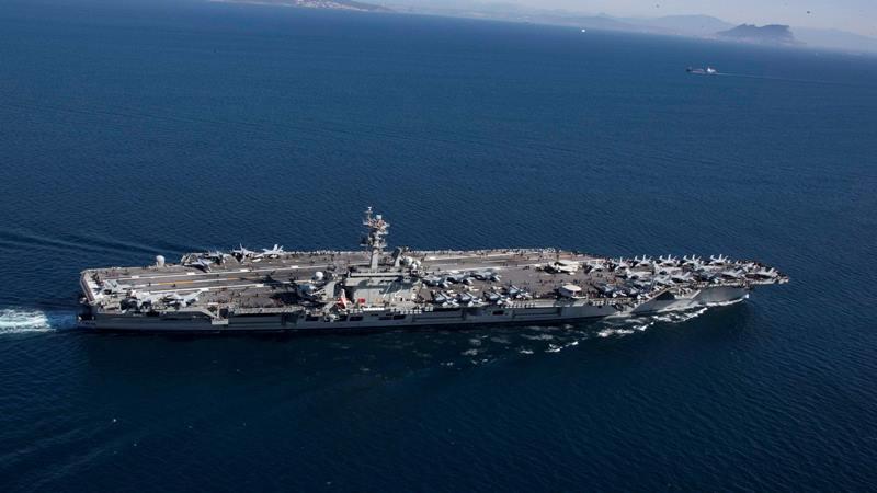 Kapal induk kelas Nimitz USS Abraham Lincoln (CVN 72) transit di Selat Gibraltar, memasuki Laut Mediterania. / Reuters