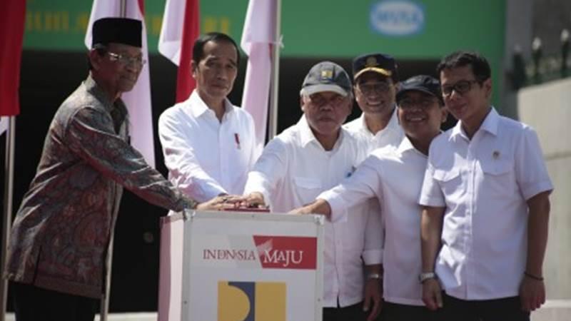 Presiden Joko Widodo (kedua kiri) didampingi Gubernur DIY Sri Sultan HB X (kiri) Menteri PUPR Basuki Hadimuljono (ketiga kiri) Menhub Budi Karya Sumadi (ketiga kanan) Menteri Sekretaris Negara Pratikno (kedua kanan) dan Menteri Pariwisata dan Ekonomi Kreatif Wishnutama Kudubandio (kanan) secara simbolis meresmikan terowongan (underpass) Yogyakarta International Airport (YIA), Temon, Kulonprogo, DI Yogyakarta, Jumat (31/1/2020)./Antara- - Hendra Nurdiyansya