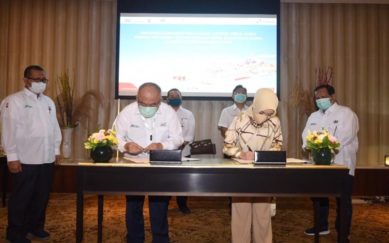 Direktur Utama Pertamina Nicke Widyawati bersama Direktur Utama PT Dok & Perkapalan Kodja Bahari Wahyu Suparyono bersiap melakukan penandatanganan saat acara