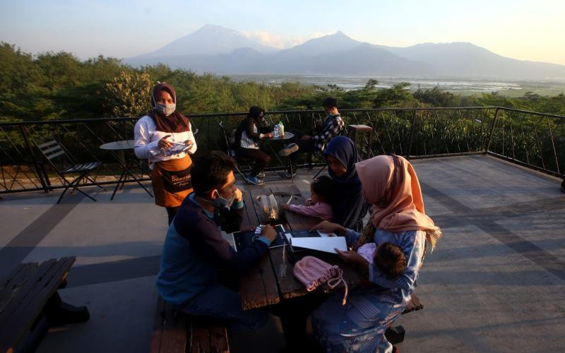 Suasana kafe Sky View, salah satu unit bisnis PTPN IX yang berlokasi di Bawen, Semarang, Kamis (27/8/2020). PTPN IX mengembangkan strategi transformasi bisnis untuk memanfaatkan aset yang dimiliki. (Bisnis - Rachman)