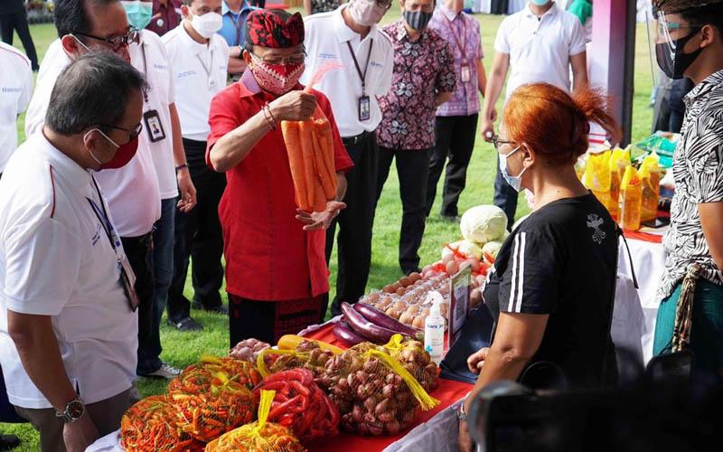Gubernur Bali I Wayan Koster (berbaju merah) dan Kepala Kepala Perwakilan Bank Indonesia Bali Trisno Nugroho menyambangi anjungan Pasar Gotong Royong di Denpasar pada Jumat 28 Agustus 2020. - Bisnis/Luh Putu Sugiari