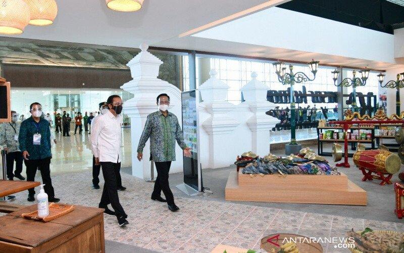 Presiden Jokowi menijau gerai UMKM produk lokal DIY di Bandara Internasional Yogyakarta. - Antara/Sutarmi