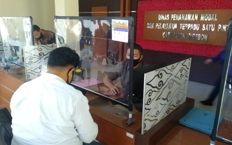 Aktivitas pelayanan di kantor Dinas Penanaman Modal dan Pelayanan Terpadu Satu Pintu (DPMPTSP) Kabupaten Cirebon?. - Bisnis/Hakim Baihaqi