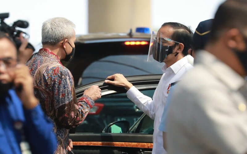 Gubernur Jawa Tengah Ganjar Pranowo berbincang dengan Presiden RI Joko Widodo di Bandar Udara Internasional Yogyakarta Kulon Progo, Jumat (28/8/2020). - Ist