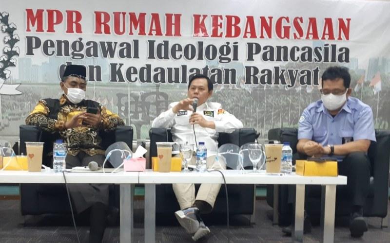 Wakil Ketua Dewan Perwakilan Daerah (DPD) Sultan Baktiar Najamuddin (tengah) berbicara pada diskusi bertajuk