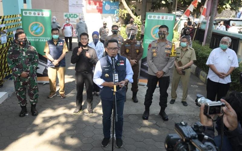 Gubernur Jabar Ridwan Kamil memberikan keterangan kepada medi di lokasi penyuntikan vaksin, Puskesmas Garuda Kota Bandung - Istimewa