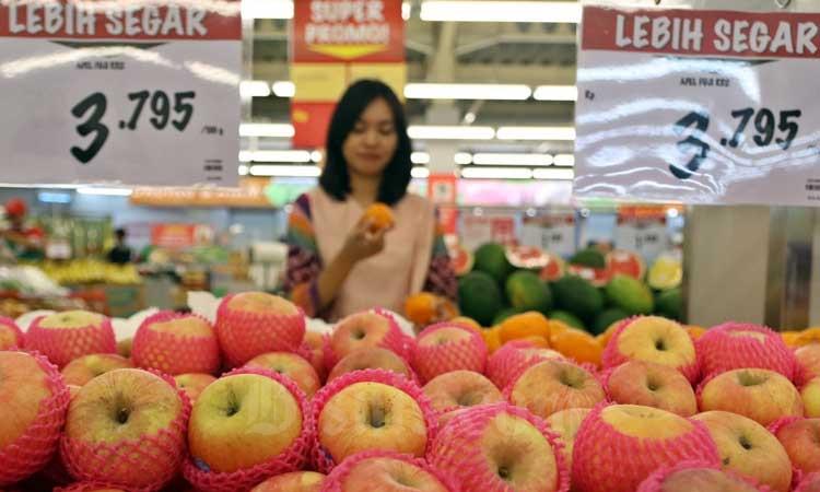 Warga berbelanja di salah satu pusat perbelanjan modern di Tangerang Selatan, Banten, Kamis (27/2/2020). Bisnis - Eusebio Chrysnamurti