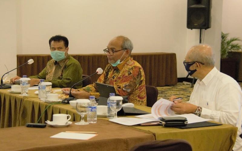 Sekjen DEN Djoko Siswanto (tengah) bersama Kepala Biro Fasilitasi Penanggulangan Krisis dan Pengawasan Energi Setjen DEN Ediar Usman (kiri) dalam sebuah forum diskusi. Istimewa - DEN