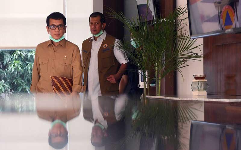 Menparekraf Wishnutama Kusubandio (kiri) berjalan bersama Ketua Gugus Tugas Percepatan Penanganan COVID-19 Doni Monardo (kanan) sebelum memberikan keterangan terkait penanganan kasus COVID-19 di Jakarta, Sabtu (28/3/2020). Pemerintah akan memberikan fasilitas hotel dan transportasi gratis bagi 1100 tenaga medis penanganan virus corona. ANTARA FOTO - Akbar Nugroho Gumay