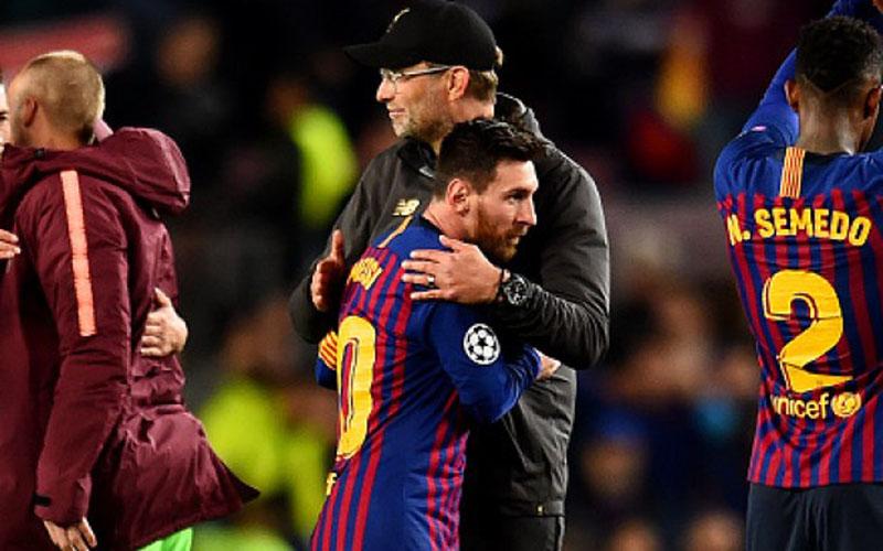 Pelatih Liverpool Jurgen Klopp memeluk kapten Barcelona Lionel Messi. - Soccer Laduma