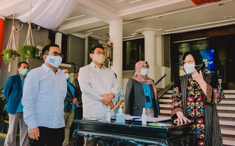Wakil Direktur Utama BRI Catur Budi Harto (kedua dari kiri) menyerahkan bantuan penanganan Covid-19 kepada Walikota Surabaya Tri Rismaharini (paling kanan) dan disaksikan oleh Direktur Jaringan dan Layanan BRI, Ahmad Solichin Lutfiyanto (kiri).  - Dokumen BRI