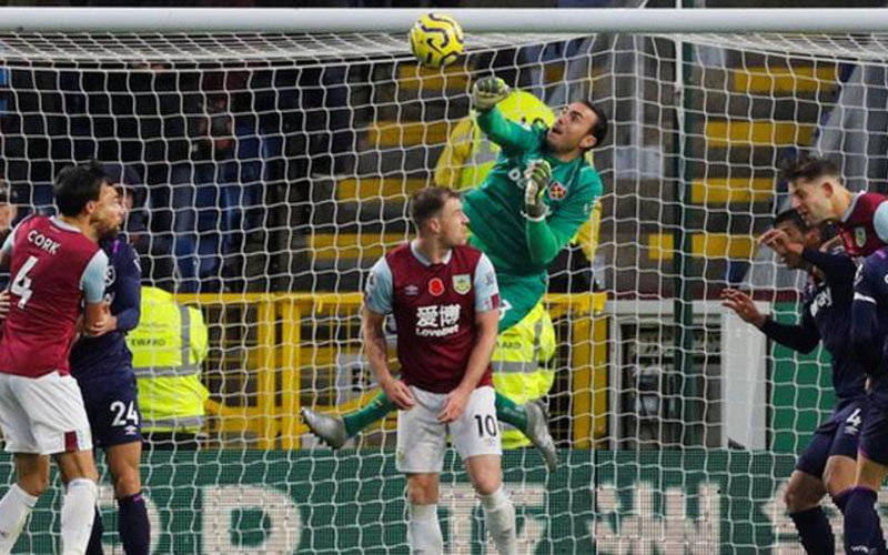 Kiper West Ham Roberto menjebol gawang sendiri ketika berhadapan dengan Burnley. - Reuters