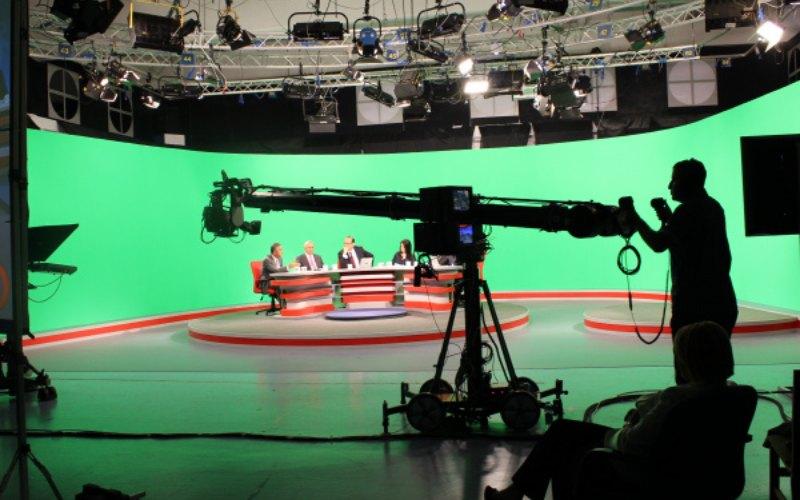 Ilustrasi proses syuting sebuah program televisi di stasiun televisi. -  Dok. scm.co.id