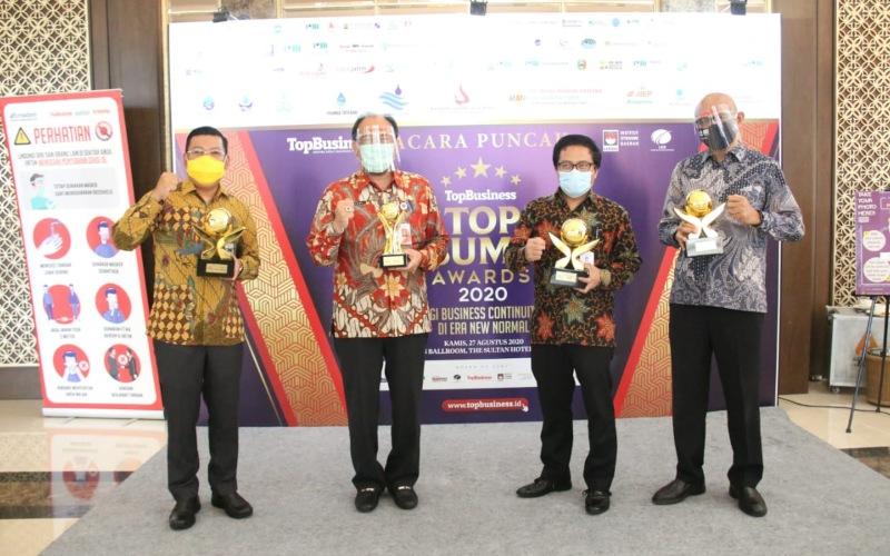 Bank DKI meraih penghargaan TOP BUMD Award 2020. Manajemen berfoto bersama usai menerima penghargaan.  - Istimewa