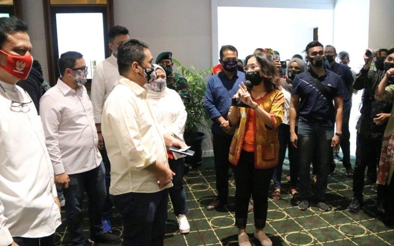 Wakil Gubernur DKI Jakarta Ahmad Riza Patria(tengah) meninjau kesiapan pembukaan bioskop di XXI Cililitan, Jakarta Timur, pada Sabtu (29/8/2020) - Dok./Humas Pemprov DKI