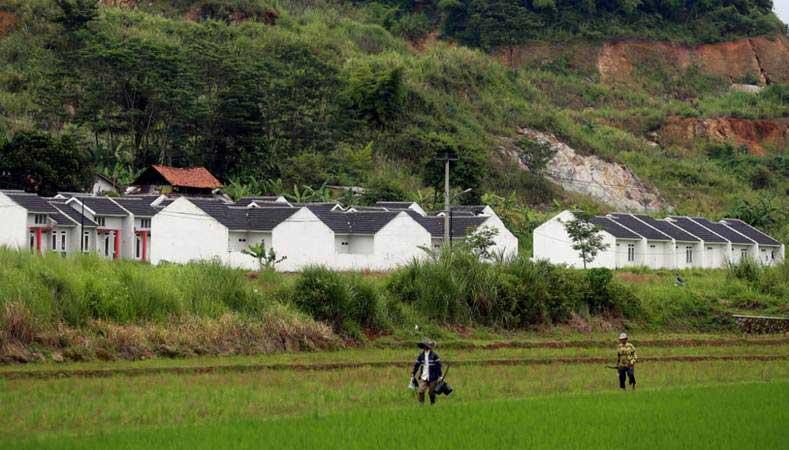 Deretan hunian berdiri di perumahan di Nanjung, Kabupaten Bandung, Jawa Barat. - Bisnis/Rachman