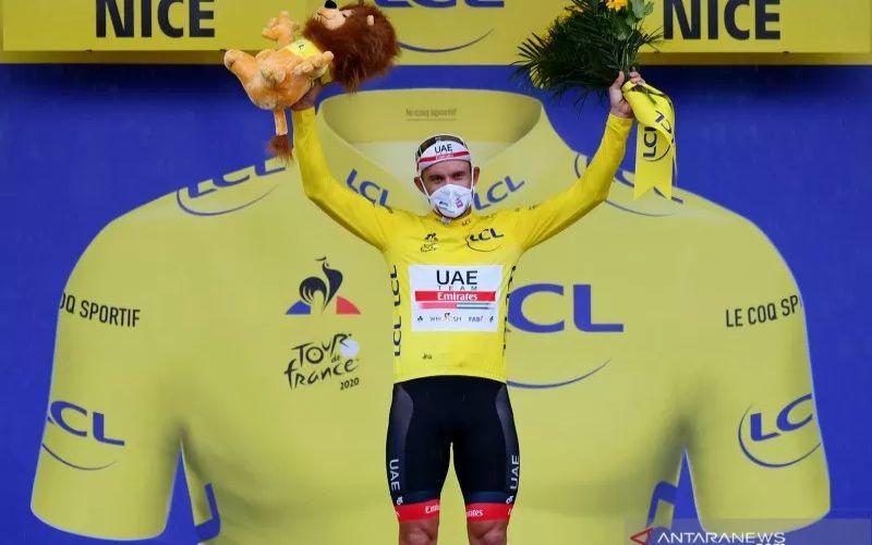 Pebalap Team UEA Emirates Alexander Kristoff merayakan keberhasilannya memenangi kaus kuning pada etape pertama Tour de France 2020, yang berlangsung dari Nice Moyen Pays dan berakhir di Nice, Prancis, Sabtu (29/8/2020). (ANTARA/AFP - STUART FRANKLIN)