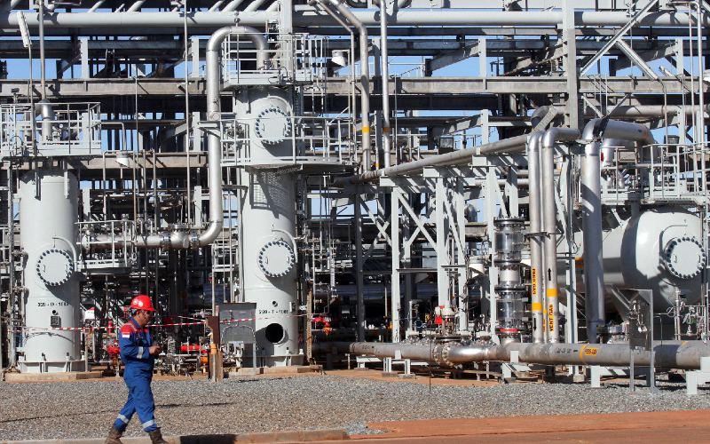 Pekerja PT Pertamina EP melakukan monitoring terhadap Bioreactor Tank di Fasilitas Produksi Gas.  - BISNIS