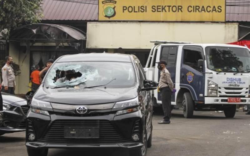 Suasana pasca penyerangan di Polsek Ciracas, Jakarta, Sabtu, (29/8/2020). Polsek Ciracas diserang sejumlah orang tak dikenal pada Sabtu (29/8) dini hari. - Antara/Asprilla Dwi Adha