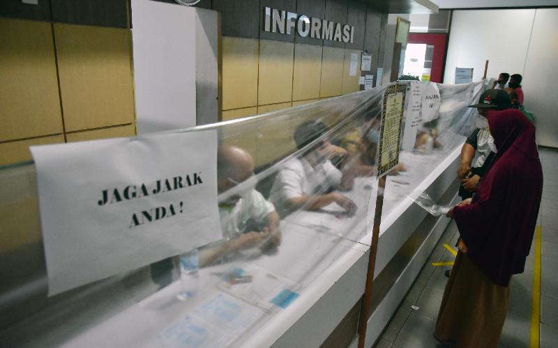Ilustrasi-Warga mengurus pembayaran pajak kendaraan bermotor di Kantor Samsat - Antara