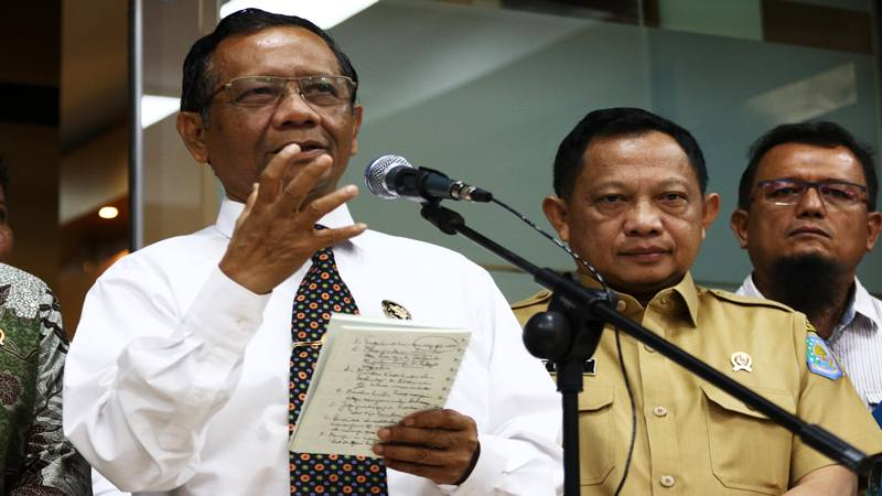 Menko Polhukam Mahfud MD (kiri) didampingi Mendagri Tito Karnavian (kanan). - Antara