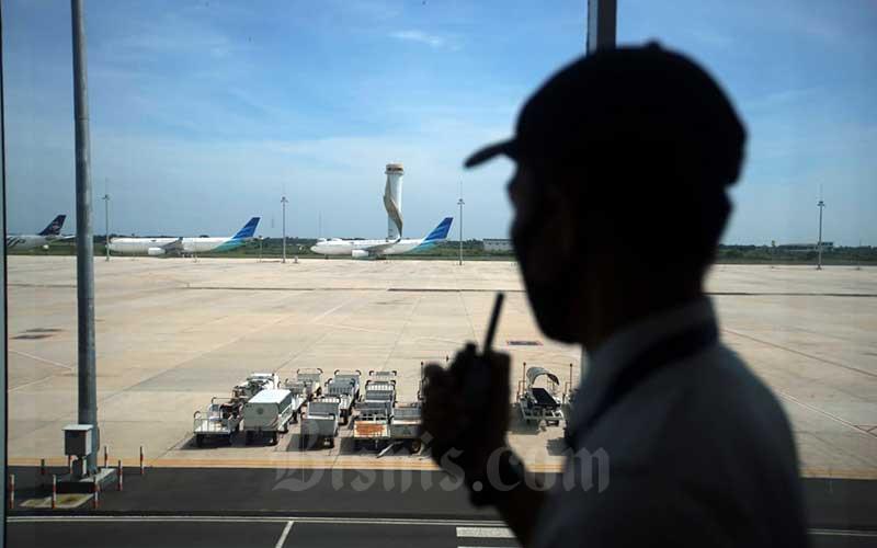 Petugas melakukan rutinitas pemeriksaan di selasar Bandara Internasional Jawa Barat (BIJB) Kertajati, Kabupaten Majalengka, Jawa Barat, Rabu (24/6/2020). Bisnis - Rachman