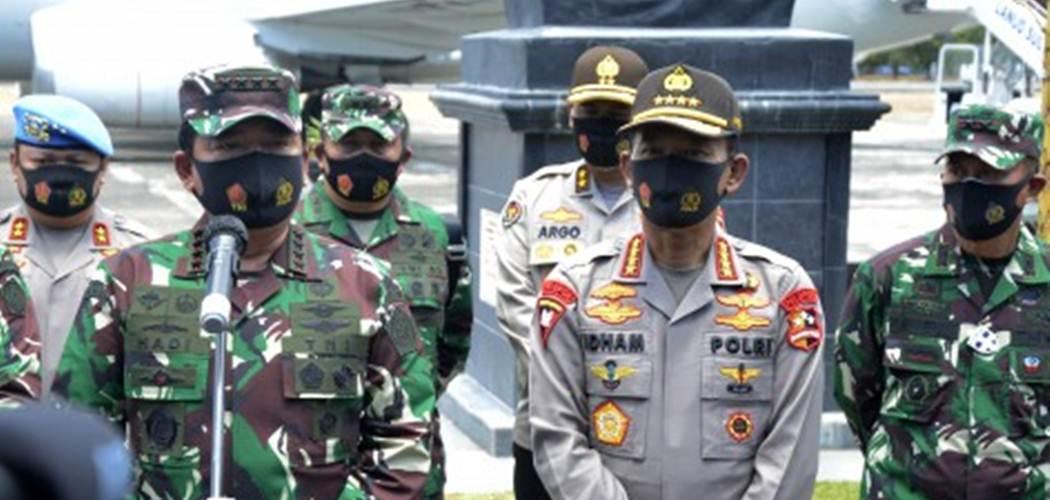 Panglima TNI Marsekal TNI Hadi Tjahjanto (kedua kiri) bersama Kapolri Jenderal Pol Idham Azis (kedua kanan) memberikan keterangan kepada wartawan di Galaktika Landasan Udara Hasanuddin, Kabupaten Maros , Sulawesi Selatan, Minggu (30/8/2020)terkait penyerangan yang berujung perusakan Polsek Ciracas pada Sabtu (29/8). - Antara/Istimewa