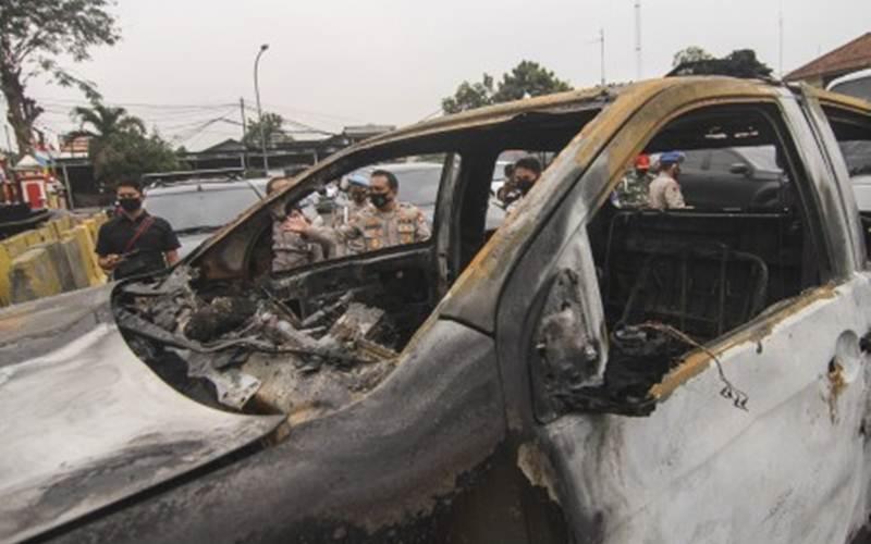Kondisi mobil yang rusak akibat penyerangan di Polsek Ciracas, Jakarta, Sabtu, (29/8/2020) dini hari. - Antara/Asprilla Dwi Adha