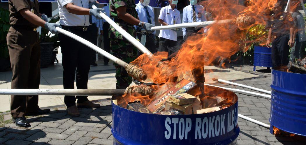 Pemusnahkan rokok ilegal di Kanwil Bea Cukai Jawa Timur I, Sidoarjo, Jawa Timur. -  Antara / Umarul Faruq