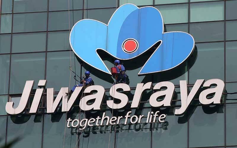 Pekerja membersihkan logo milik PT Asuransi Jiwasraya (Persero) di Jakarta, Rabu (31/7). - Bisnis/Abdullah Azzam