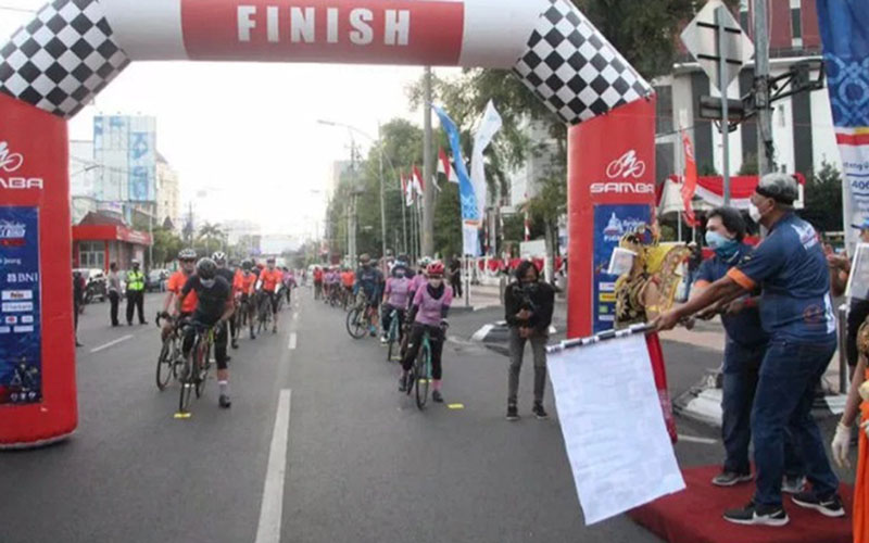 Peserta Tour de Borobudur dilepas di Semarang pada Minggu (30/8/2020). - Antara