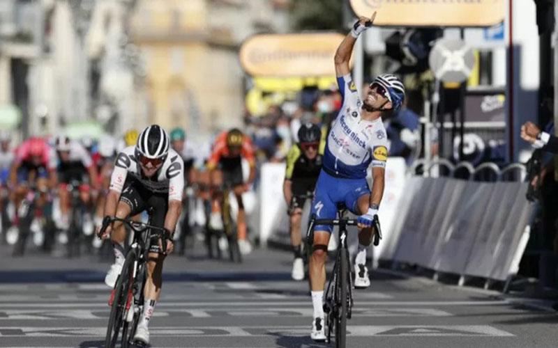 Pebalap Deceuninck-Quick Step Julian Alaphilippe (kanan) merayakan kemenangannya pada etape kedua Tour de France yang finis di Nice, Prancis./Antara - Reuters