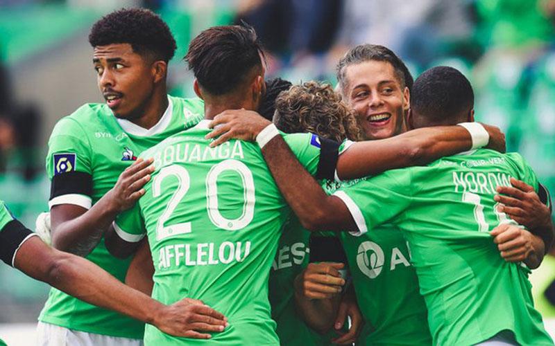 Para pemain Saint-Etienne berayakan gol ke gawang Lorient. - Twitter@ASSEofficiel