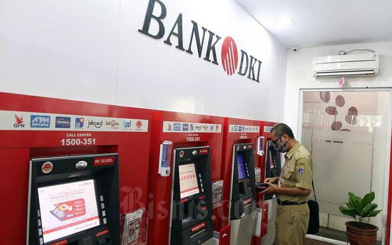Warga menggunakan fasilitas ATM Bank DKI di Jakarta, Senin (8/6/2020). Bisnis - Eusebio Chrysnamurti