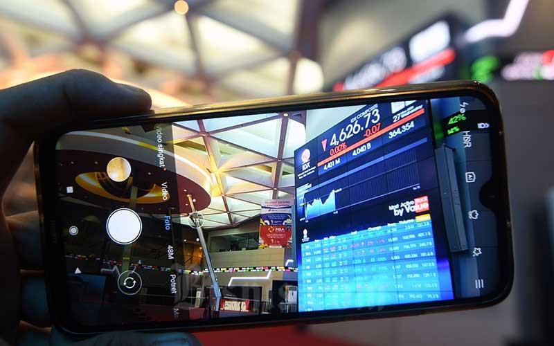 Pengunjung memotret layar monitor perdagangan Indeks Saham Gabungan (IHSG) di Bursa Efek Indonesia, Jakarta, Rabu (27/7/2020). Bisnis - Abdurachman