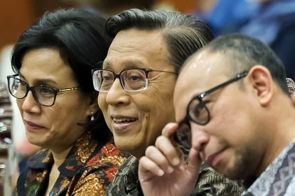 Mantan Wapres Boediono (tengah), Menteri Keuangan Sri Mulyani (kiri) dan mantan Menkeu Chatib Basri menjadi pembicara dalam Seminar Nasional Tantangan Pengelolaan APBN Dari Masa ke Masa di Gedung Kemenkeu, Jakarta, Rabu (30/11). - Antara/Widodo S. Jusuf