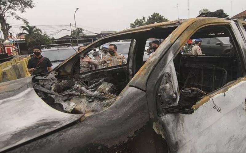 Kondisi mobil yang rusak akibat penyerangan di Polsek Ciracas, Jakarta, Sabtu dinihari (29/8/2020). - Antara