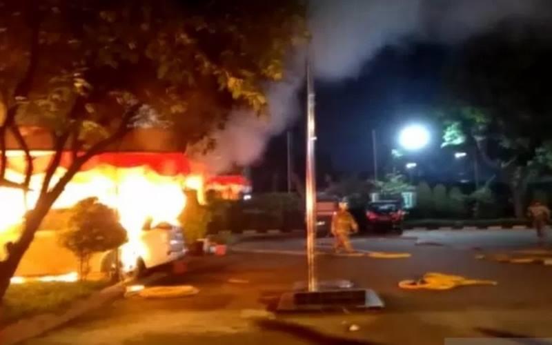 Tangkapan layar fasilitas di Mapolsek Ciracas, Jalan Raya Bogor, Jakarta Timur, terbakar, Sabtu (29/8/2020). - Antara