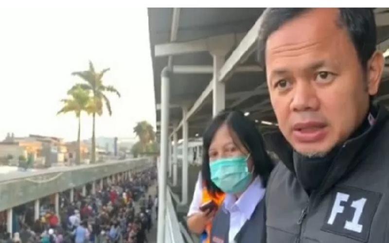 Wali Kota Bogor mengawasi penumpang KRL yang mengantre sangat panjang di Stasiun Bogor, pada Senin (6/7/2020). - Antara\n\n