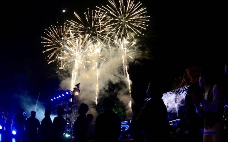 Kembang api menghiasi langit Kuala Lumpur saat menjelang perayaan Hari Ulang Tahun ke-63 Kemerdekaan atau Hari Kebangsaan Malaysia, Minggu malam (30/8/2020). Malaysia merayakan Hari Kemerdekaan pada Senin (31/8/2020) dan dinyatakan sebagai Hari Libur Nasional. - Antara/Agus Setiawan