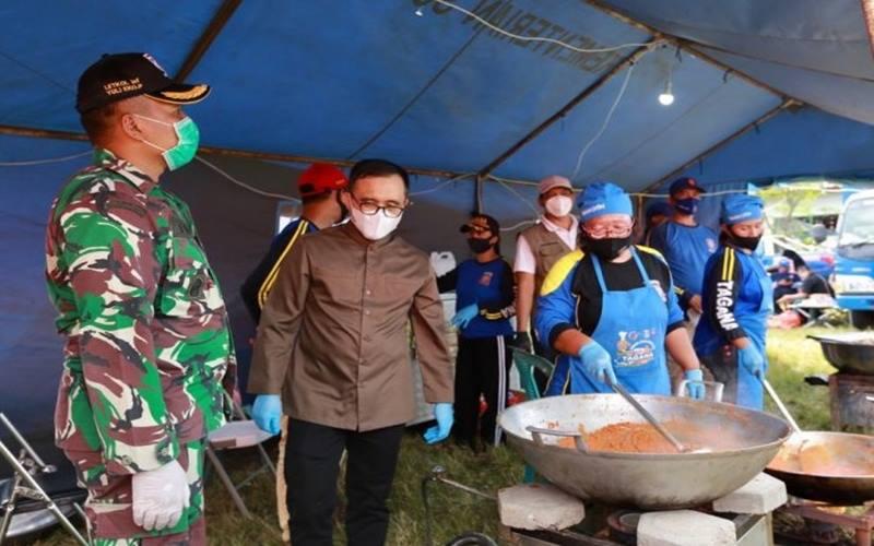 Dandim 0825/Banyuwangi dan Bupati Abdullah Azwar Anas saat meninjau dapur umum di salah satu pesantren di Banyuwangi. Minggu (30/8/2020). - Antara