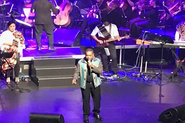 Penyanyi  Edo Kondologit membawakan lagu 'Pangkur Sagu', di depan sekitar 1.300 penonton saat konser  The Symphony of Friendship di Opera House, Wellington Selandia Baru, Jumat (9/11)./JIBI - BISNIS/Arif Budisusilo
