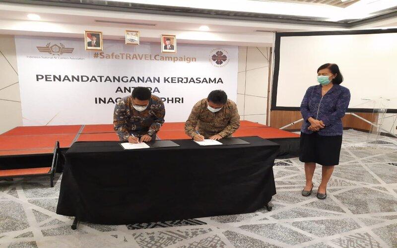 Ketua Umum PHRI Hariyadi Sukamdani (tengah) dan Ketua Umum Inaca Denon Prawiraatmadja (kiri) melakukan penandatanganan paket wisata murah disaksikan Asisten Ekonomi dan Pembangunan Bali Ni Luh Wiratmi (kanan) pada Sabtu (29/8/2020) di Kuta. Bisnis - Luh Putu Sugiari