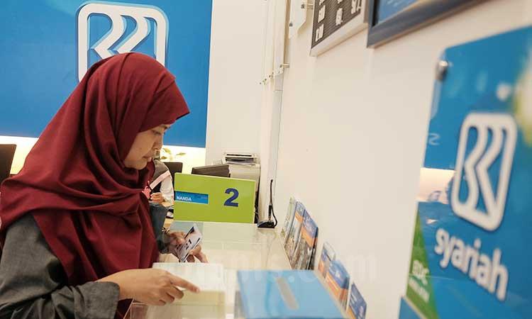 Nasabah mengisi from penarikan uang di banking hall Kantor Pusat BRI Syariah di Jakarta, Senin (15/7 - 2019). Bisnis