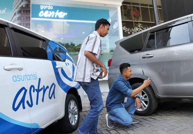 Karyawan melayani pelanggan Garda Center Asuransi Astra di sela-sela pembukaan gerai barunya, di Mall of Serang, Banten, Jumat (3/5/2019). - Bisnis/Endang Muchtar