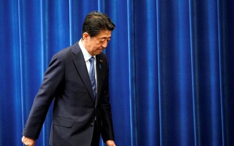 Perdana Menteri Jepang Shinzo Abe berjalan menuruni podium setelah memberikan keterangan media mengenai pengunduran dirinya di kediaman resmi perdana menteri di Tokyo, Jepang, Jumat (28/8/2020)/Antara Foto-Franck Robichon - Pool via Reuters
