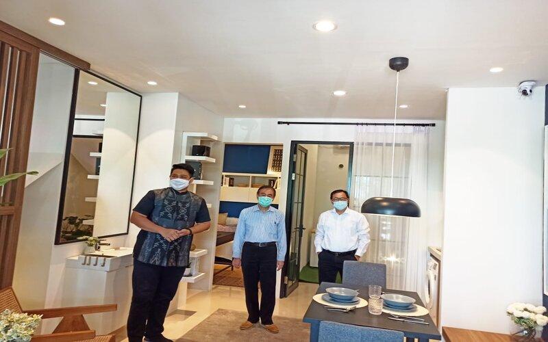 Direktur Pemasaran PT Intiland Grande, Harto Laksono (tengah) saat meninjau show unit Klaster Dandelion Perumahan Graha Natura di Surabaya Barat bersama sejumlah media, Senin (31/8/2020). - Bisnis/Peni Widarti