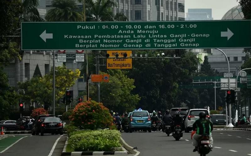 Sejumlah kendaraan berhenti saat lampu merah di dekat kawasan aturan ganjil-genap, Jalan Medan Merdeka Selatan, Jakarta, Sabtu (6/6/2020). - Antara