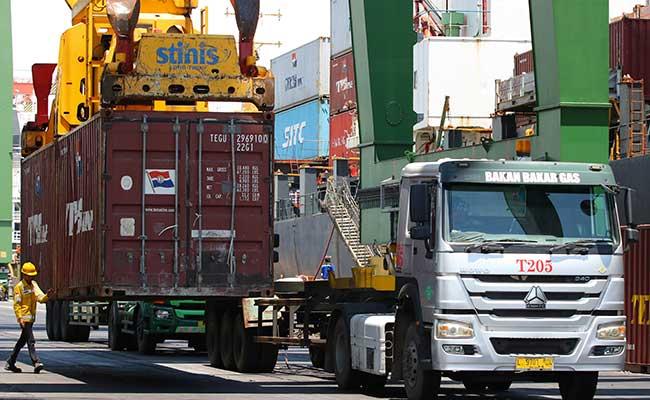 Sejumlah truk mengantre muatan peti kemas di Terminal Teluk Lamong, Surabaya, Jawa Timur, Kamis (13/2/2020). ANTARA FOTO - Didik Suhartono